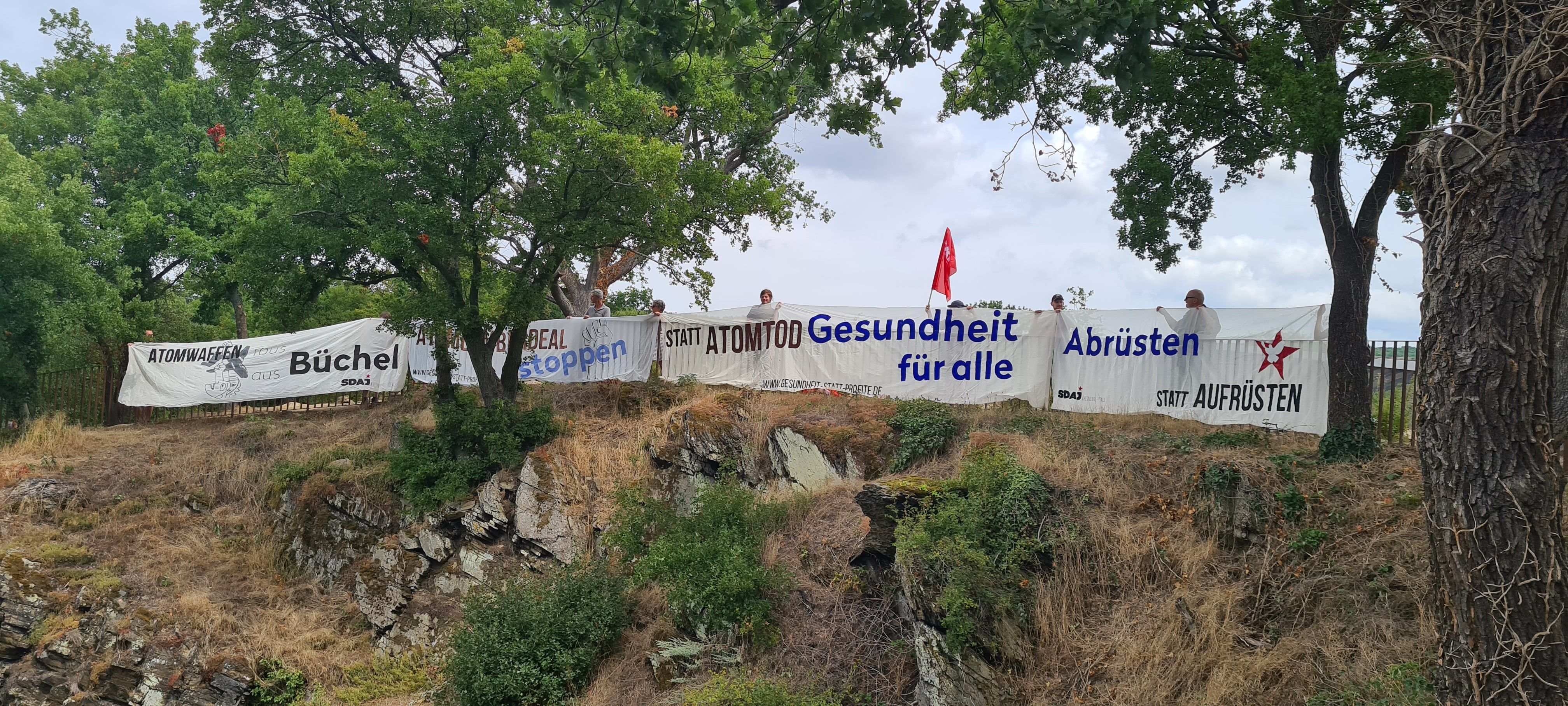 Photo with banner of the Arbeiterjungend