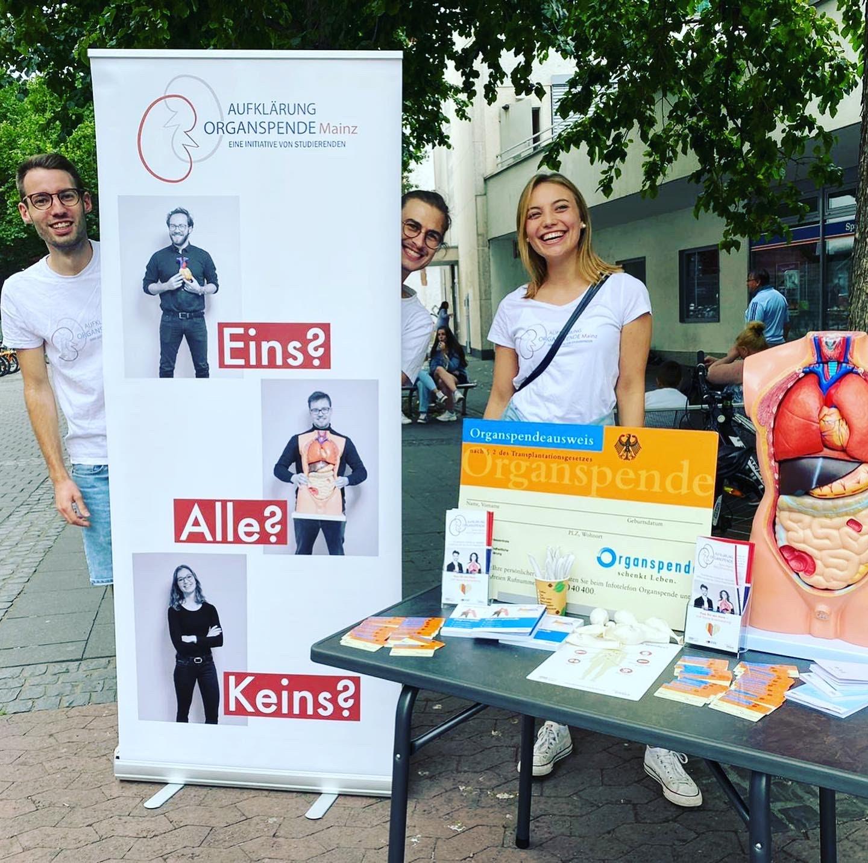 Photo eines Standes der Aufklärung Organspende Mainz