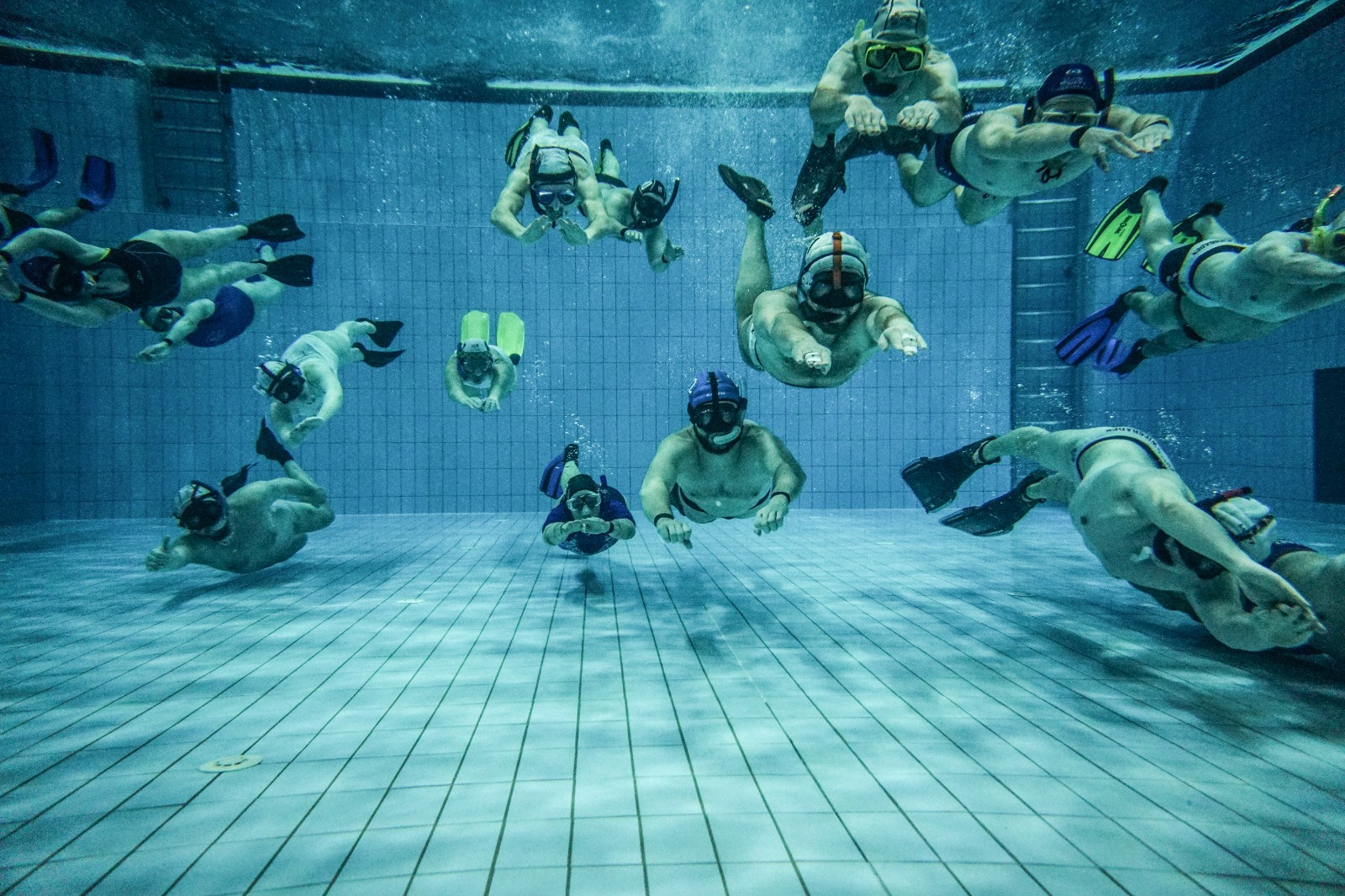 Picture of an underwater-rugby-teams under water.