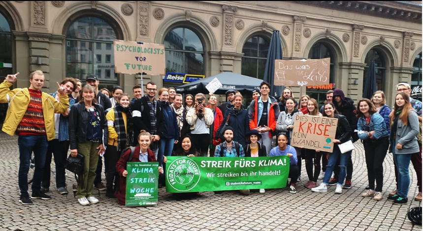 Photo of participants in a climate strike in front of the Mainz main station